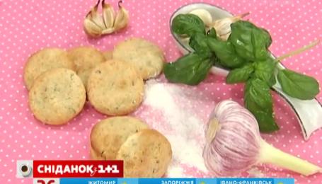 Рецепт печенья с сыром, шалфеем и запеченным чесноком от Руслана Сеничкина