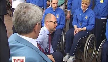 """Яценюк на зустрічі з олімпійцями заговорив про """"моральну корупцію"""" у спортивному секторі"""