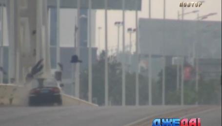Невнимательней китайский водитель сбил мотоциклиста
