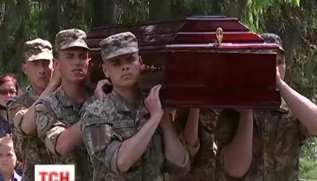 На військовому кладовищі у Києві сьогодні прощалися з Темуром Юлдашевим