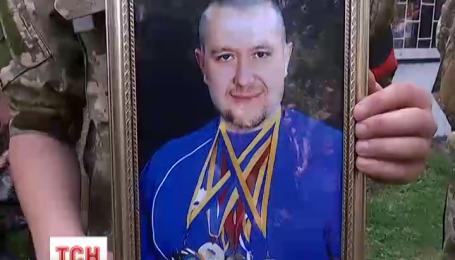 На військовому кладовищі у Києві прощалися з Темуром Юлдашевим