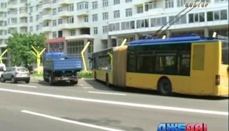 Троллейбус влетел в остановку