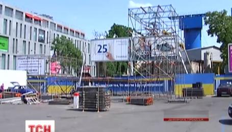 У середмісті Дніпропетровська монтують сцену із величезним екраном для перегляду фіналу Ліги Європи