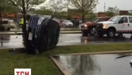 Торнадо переворачивал грузовики в штате Огайо