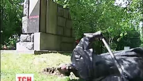 У Києві за добу повалили три пам'ятники діячам радянських часів