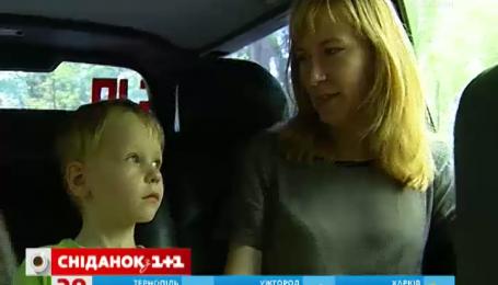 Ніколи не залишайте дитину в машині в спеку