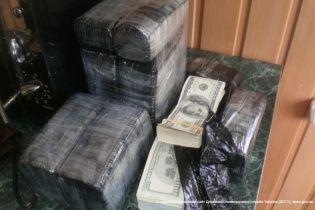Пограничники задержали нервного украинца, который пытался вывезти в Россию 760 тысяч долларов