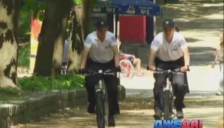 Черновцы патрулируют милиционеры на велосипедах