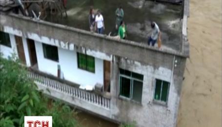 Спасатели эвакуируют людей из затопленных домов в Китае