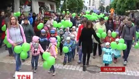 У Хмельницькому центральними вулицями пройшов парад близнят