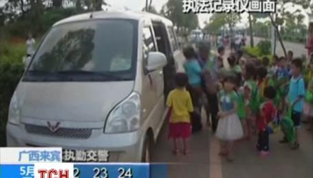 В Китае полиция задержала микроавтобус, в который набилось 37 человек