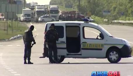 В Харьковской области на трассе мужчина с обрезом захватил заложников