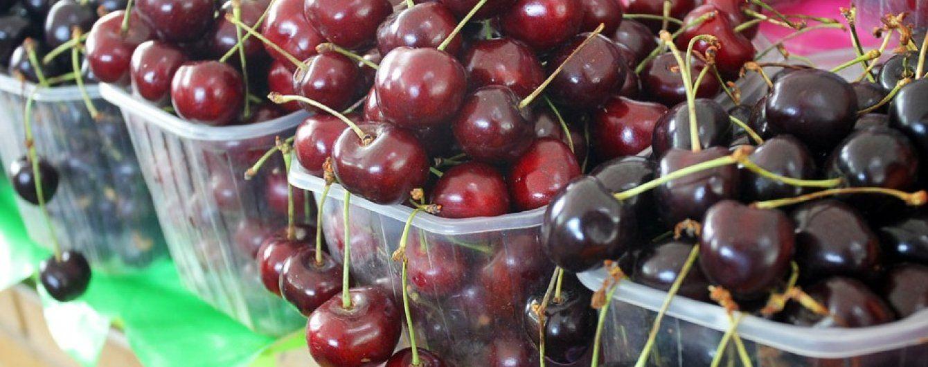 Дощова погода обвалила ціни на перші ягоди