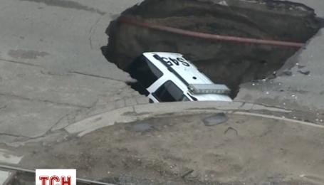 Поліцейський автомобіль провалився в яму в США