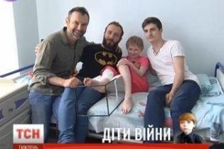 """Вакарчук з учасниками """"Голосу країни"""" заспівав для маленької дівчинки в лікарні"""