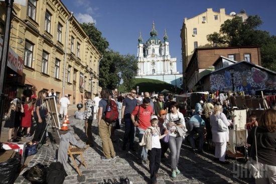 Влада Києва вимагає прибрати з фасадів на Андріївському узвозі балкони-шпаківні та кондиціонери