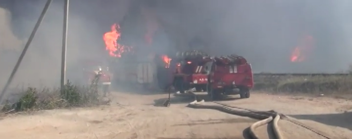 Пожежники не можуть продовжити гасіння нафтобази, а зниклих рятувальників шукатиме дрон