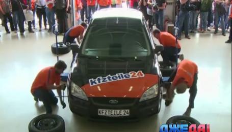 """Немецкие механики """"переобувают"""" автомобиль за 59 секунд"""
