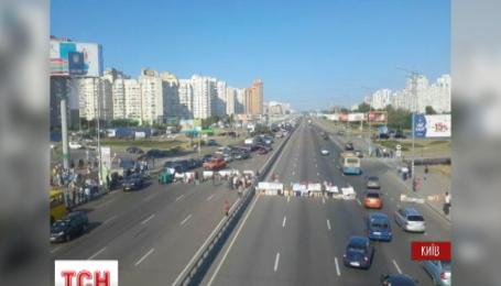 В Киеве водители прорывают баррикаду на проспекте Бажана