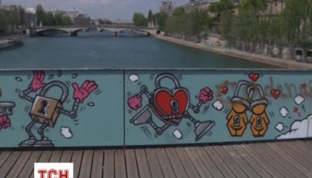 Мост Искусств в Париже вместо замков украшает граффити