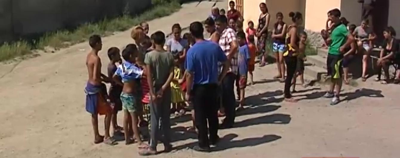 Разбитые авто, ушибы и милиция: на Закарпатье из-за ссоры детей подрались родители