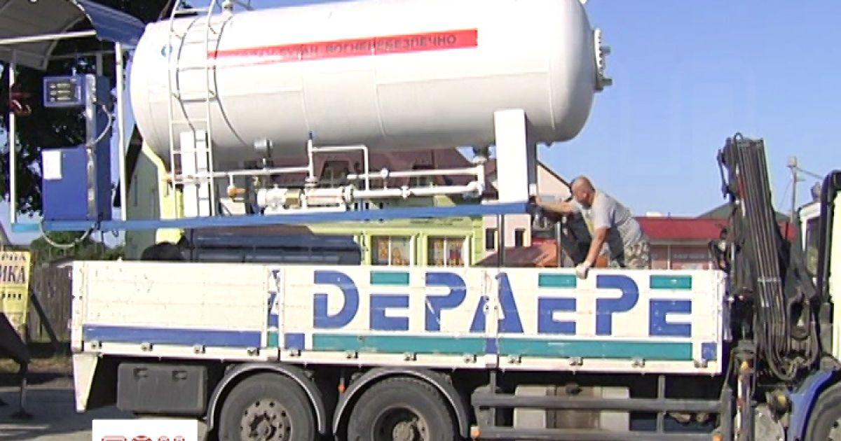 В Киеве снесли три незаконные газовые заправки