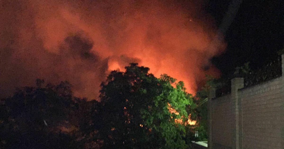 Зарево от огня видно по всей округе. @ ТСН.ua