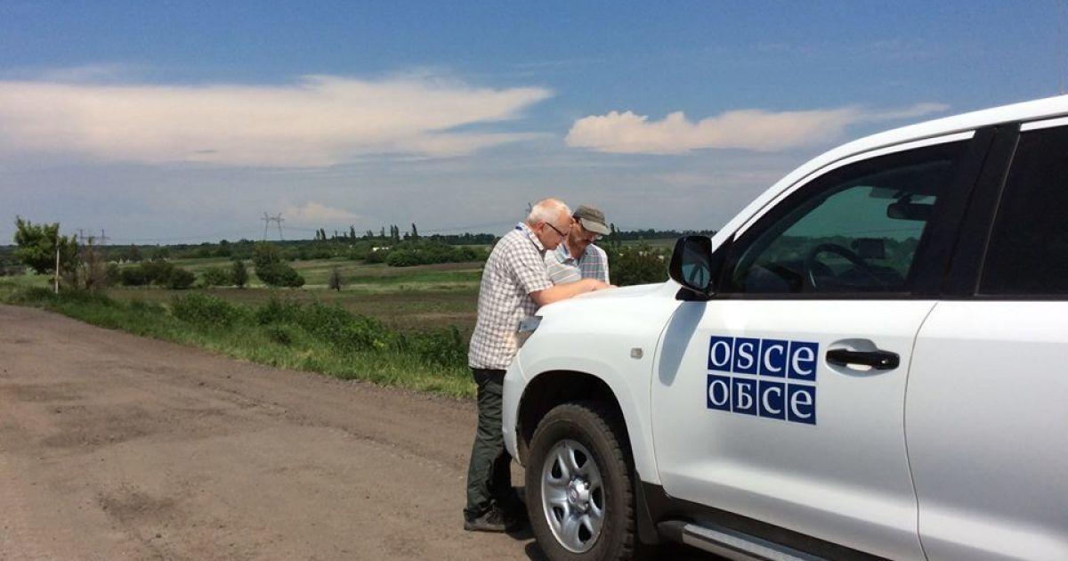 Под Донецком разъяренный боевик бросил 122-мм снаряд в машину ОБСЕ