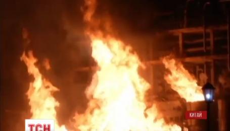 В Китае пожарные всю ночь тушили пожар на химическом заводе в городе Нанкин