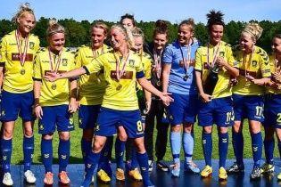 """Жінки святкують: футболістки данського клубу """"розірвали"""" Інтернет пікантним фото із роздягальні"""