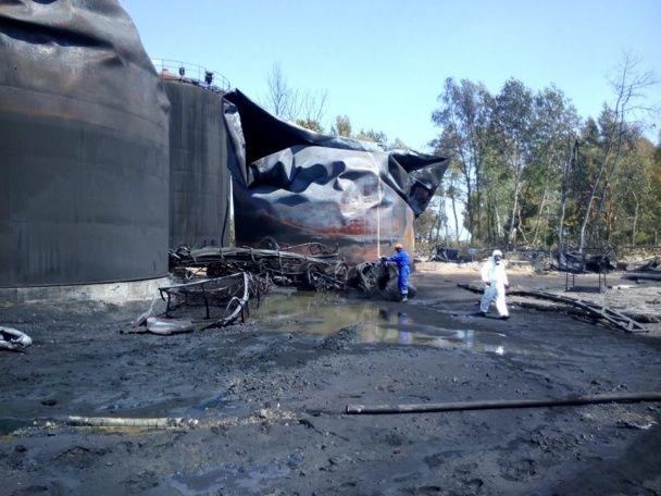 В ГСЧС рассказали, как продвигается тушение пожара на нефтебазе под Васильковом