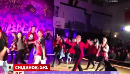 60-річна вчителька затанцювала із учнями і зібрала мільйон переглядів
