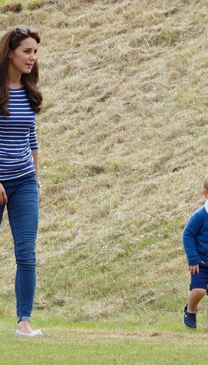 Кэтрин на прогулке с сыном Георгом