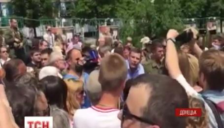 Полтысячи возмущенных жителей Донецка перекрыли центральную улицу с требованием мира