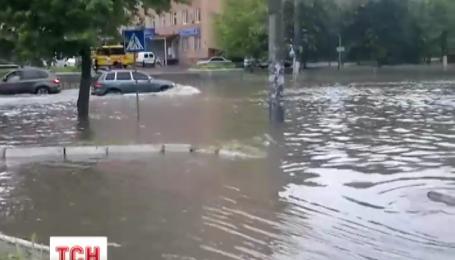Хвиля потужних злив суне Україною
