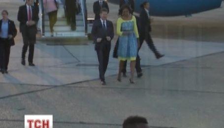 Мішель Обама прибула до Лондона у чарівній жовто-блакитній сукні