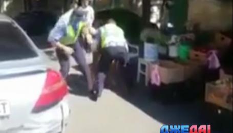 Одесский нарушитель укусил гаишника за палец