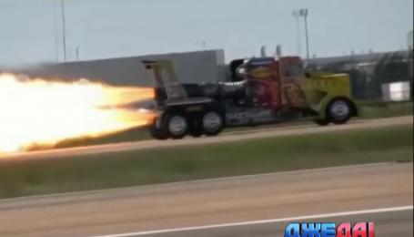 Грузовик с двигателем от реактивного истребителя обгоняет самолет