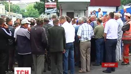 У Житомирі дві сотні працівників пікетували обласне управління Укравтодору