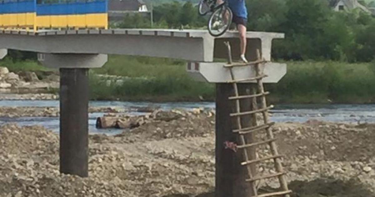 Люди вынуждены с велосипедами карабкаться на мост @ vikna.if.ua/ Юрій Кузь