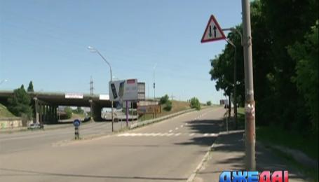 На столичном шоссе дорожный знак провоцирует аварии