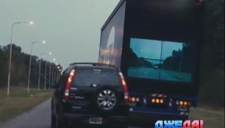 На грузовик установили экран, чтобы его было легче обгонять