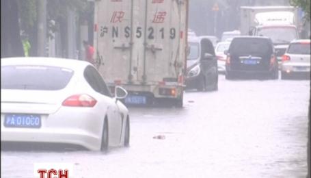 В Китаї автомобілі тонули на дорозі через сильні дощі
