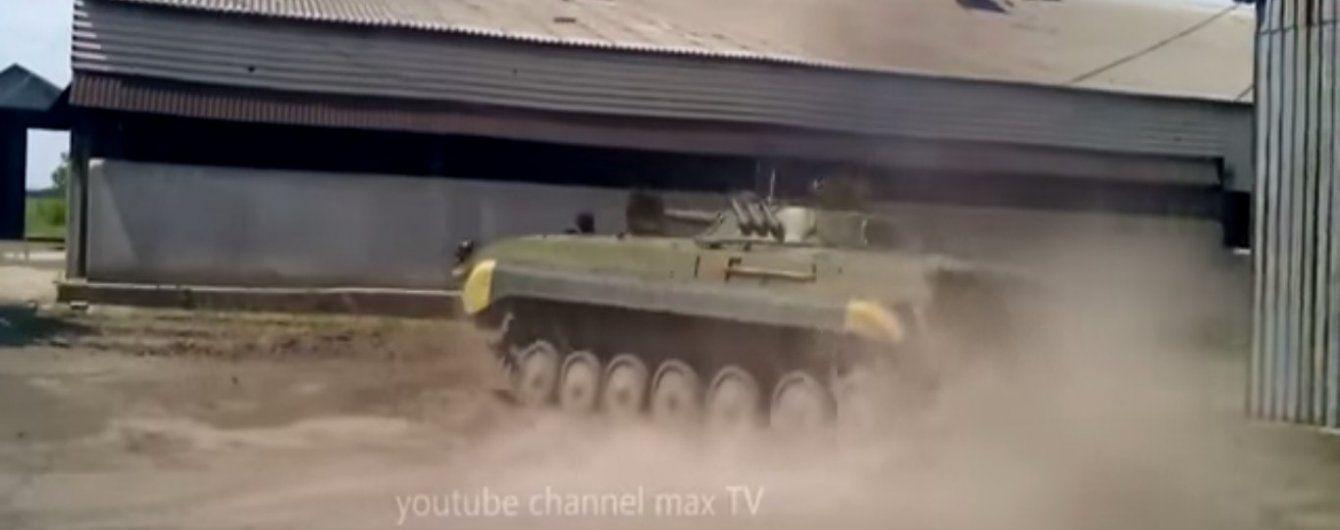 В Сети появилось видео эффектного дрифта БМП в исполнении военного АТО