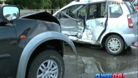 В Днепропетровске два автомобиля не поделили дорогу