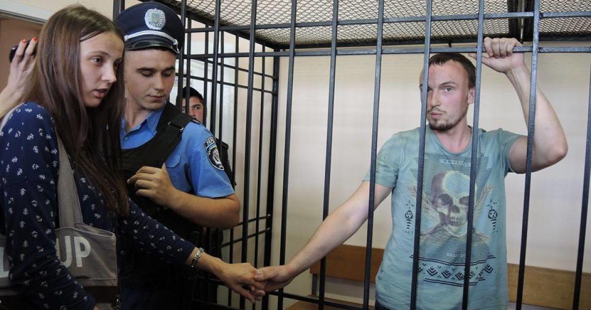 Двох затриманих - Вадима Поліщука та Андрія Медведька - привезли до Шевченківського райсуду для обрання запобіжного заходу