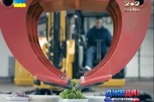 Финский экскаваторщик ковшом делает хот-доги