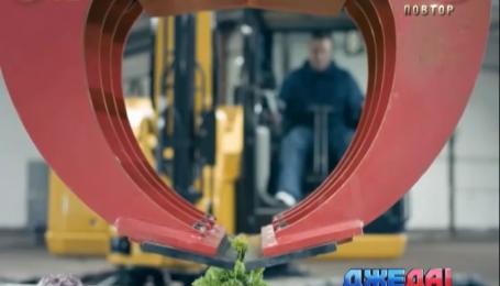 Финский оператор экскаватора ковшом машины делает хот-доги