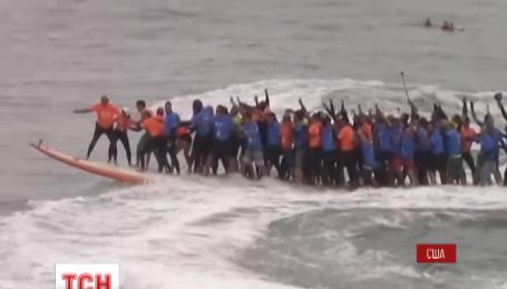 Десятки людей у Каліфорнії вмостилися на одну дошку для серфінгу