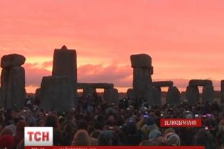 Десятки тысяч британцев провели самый длинный день возле легендарного памятника